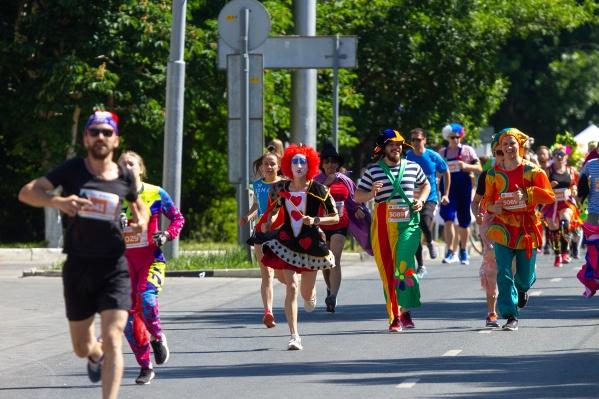 5 километров по жаре в костюмах. А вам слабо?