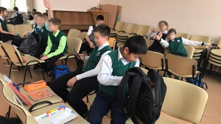 Ученикам новосибирской школы вместо парт поставили стулья — дети сняли это на видео