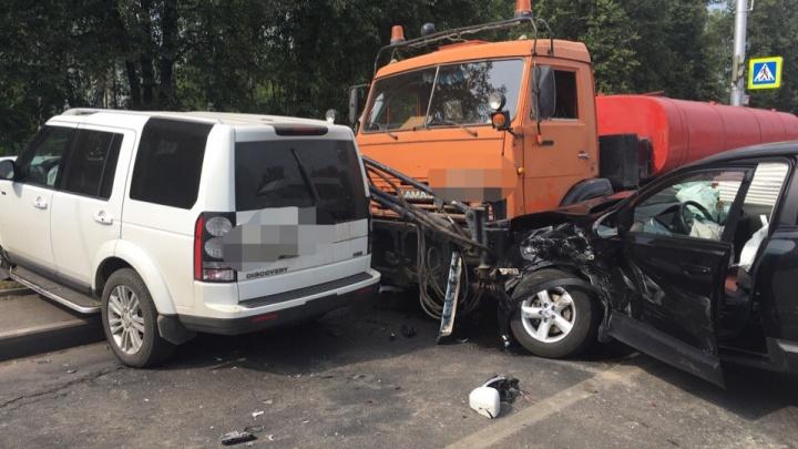 Массовая авария в Уфе: на проспекте Октября выстроились в ряд шесть машин