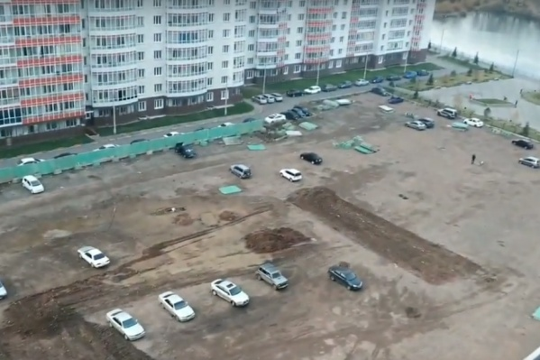 Часть машин оказались заперты на территории стройки