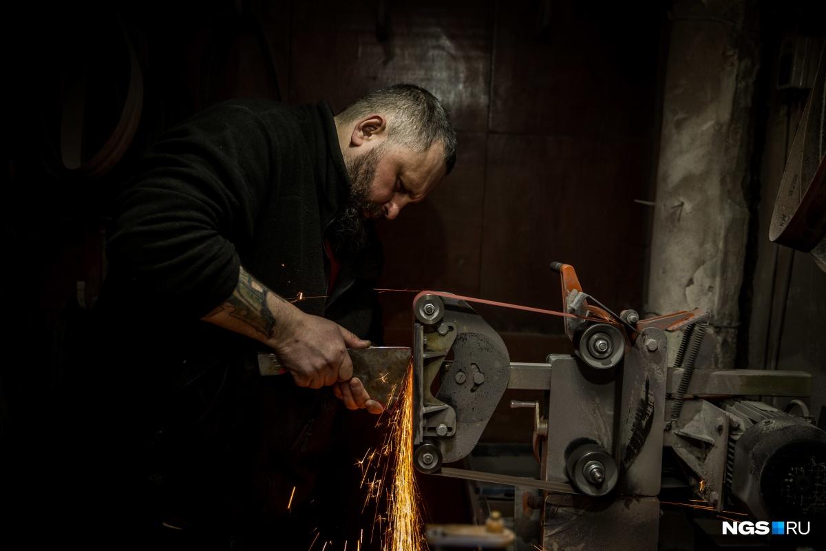 Денис Кузнецов в своей мастерской
