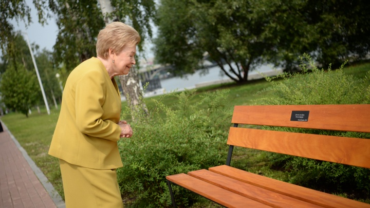 Наина Ельцина открыла «скамейку любви» за 30 тысяч рублей на набережной у Театра драмы