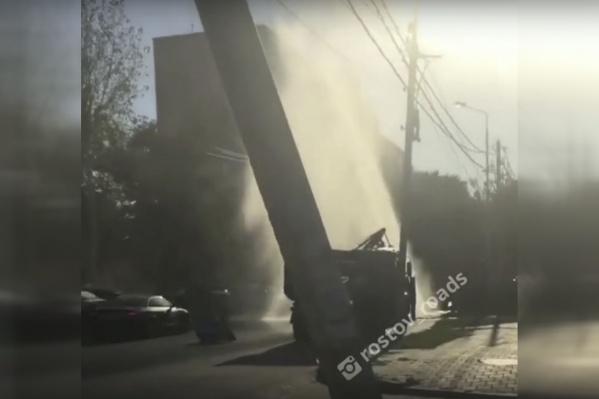 Трубу прорвало на перекрестке Текучева и 1-ого переулка
