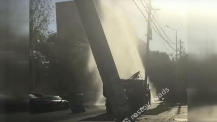 Выше многоэтажки: на Текучева в Ростове забил коммунальный фонтан