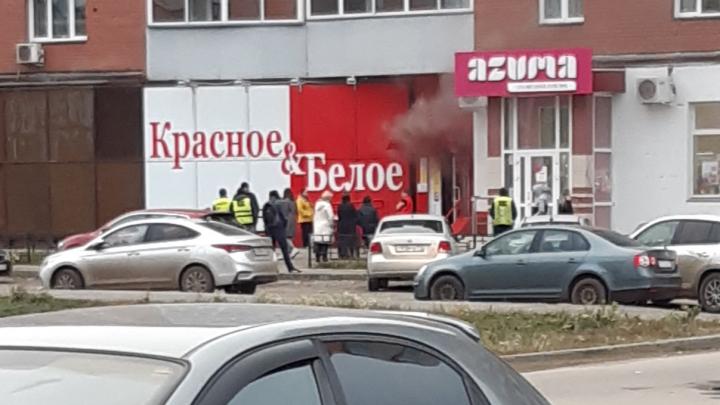 «Подожгли работники»: очевидцы рассказали подробности пожара в «Красное&Белое» под Челябинском