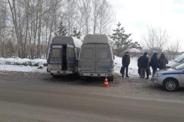 На месте аварии работают сотрудники ГИБДД и врачи скорой помощи