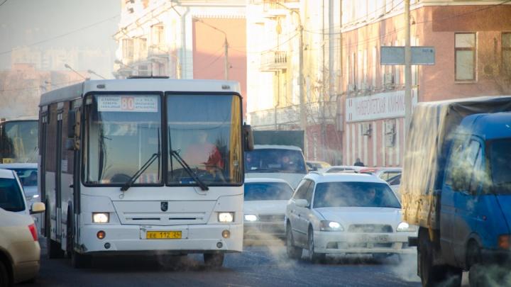 Кондуктора и водителя автобуса лишили премии за проезд остановки