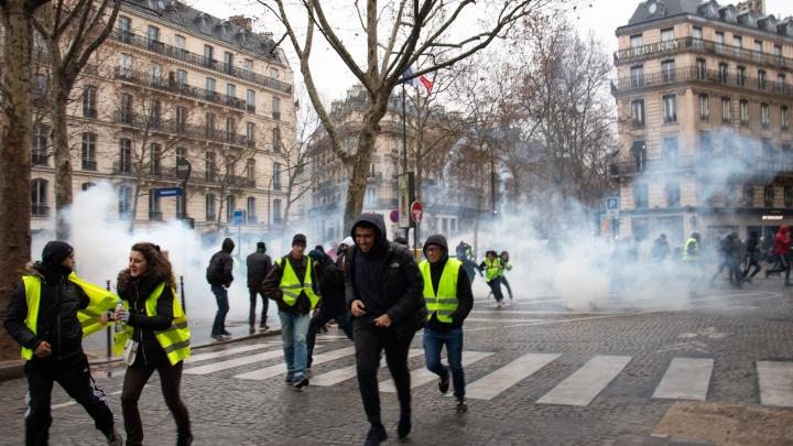 «Едут броневики, горят тачки и строят баррикады»: как Париж бунтует против роста цен на бензин