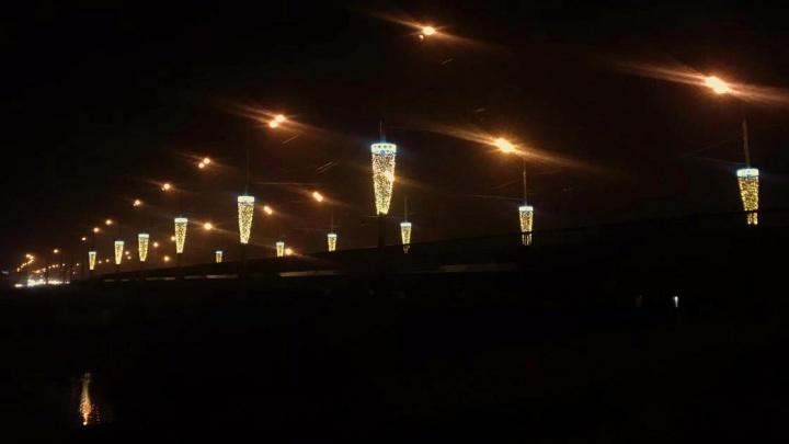 Новогоднее украшение моста через Которосль сравнили с бокалами пива