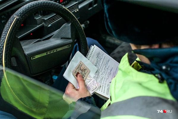 В апреле автомобилиств машине ГИБДД попытался дать взятку инспектору при составлении протокола