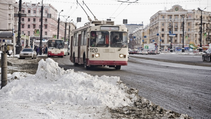Большегруз остановил движение трамваев и троллейбусов в Челябинске