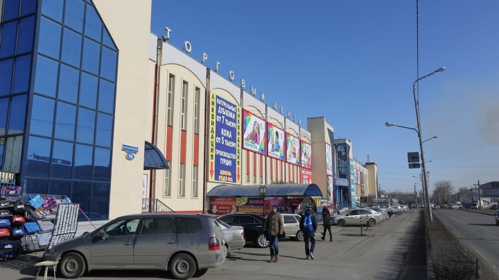 Силовики зашли с обысками на рынок «КрасТЭЦ» и изъяли 15 млн рублей