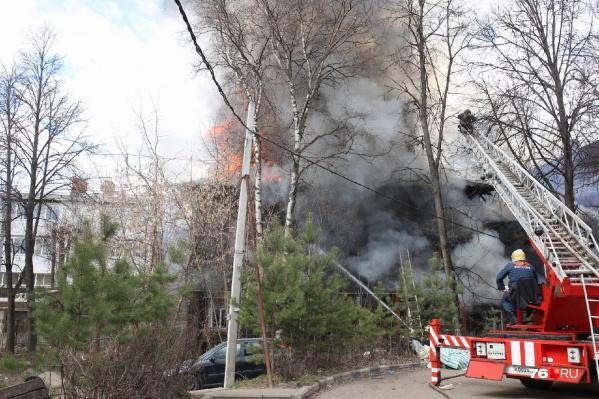 На месте работают пожарные