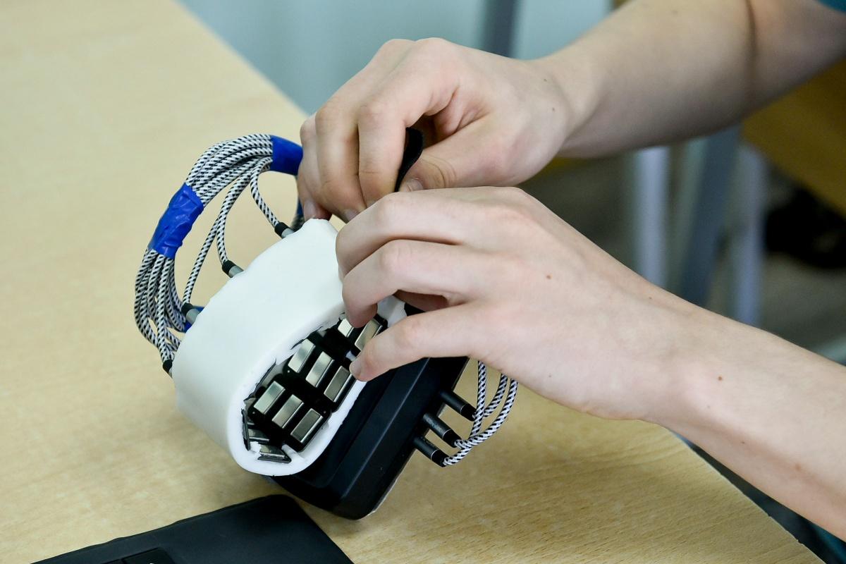 Даниил усовершенствовал технологию: теперь аппарат может считывать жесты по сокращениям мышц. Для этого достаточно надеть датчик на предплечье