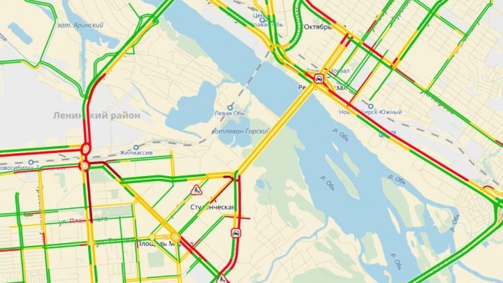 Въезды на Октябрьский и Димитровский мосты с левого берега сковали пробки