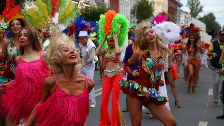 Все краски Бразилии: смотрим лучшие фото с карнавала на пешеходной улице Куйбышева