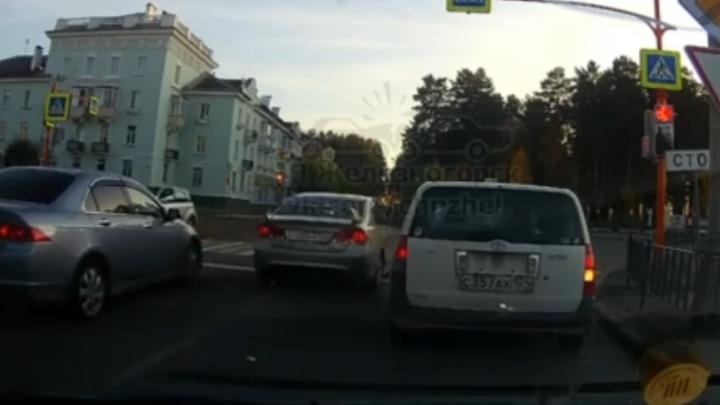 Проехавшего на красный дерзкого водителя оштрафовали по видео из соцсетей