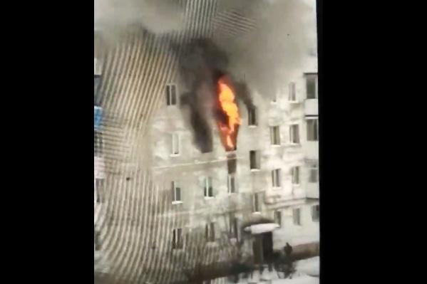 Столб огня поднимался вверх на два этажа