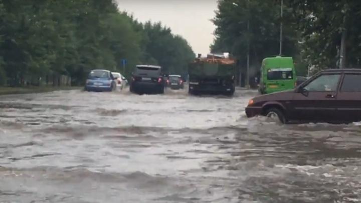 Дома без электричества, машины по капот в воде: как тюменцы пережили непогоду