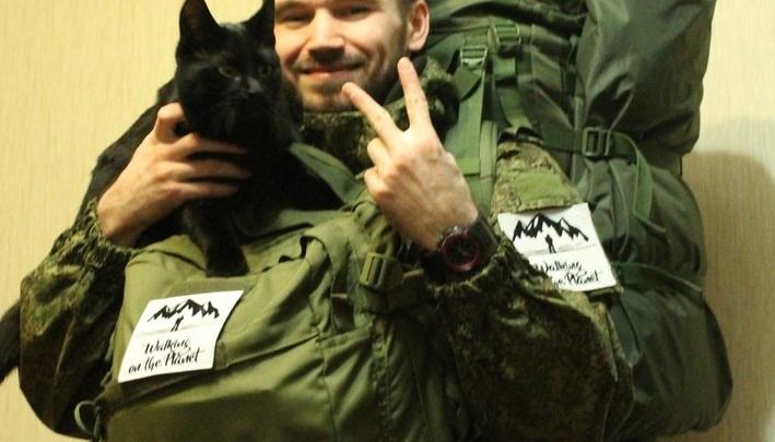 В Новосибирск приехал автостопщик, путешествующий с чёрным котом в рюкзаке