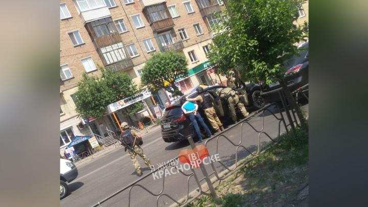 Вооруженные бойцы СОБРа скрутили двух мужчин из «Инфинити» посреди дороги