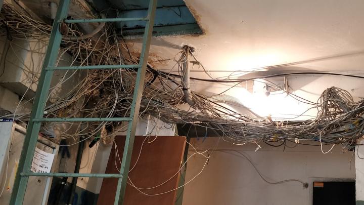 «Шедевр абстракционизма»: в Красноярске нашли подъезд, опутанный проводами