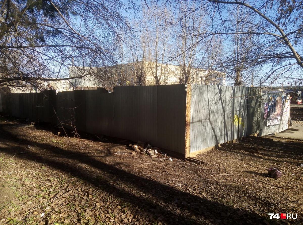 За этим забором около дома № 70а на улице Молодогвардейцев должен был появиться торговый комплекс, но теперь его судьба под большим вопросом