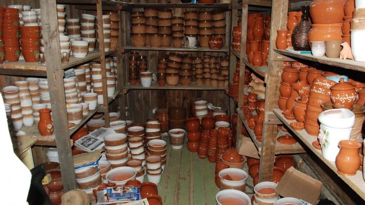 «Сметём пыль и отстроимся»: сгоревшую под Невьянском гончарную мастерскую восстановят к маю