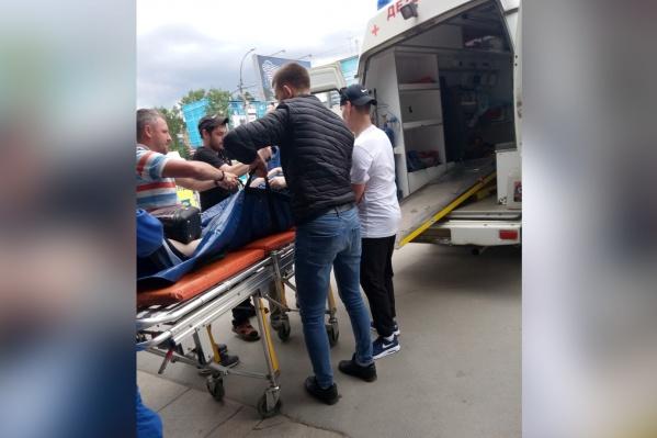 Очевидцы помогли донести женщину до машины скорой помощи