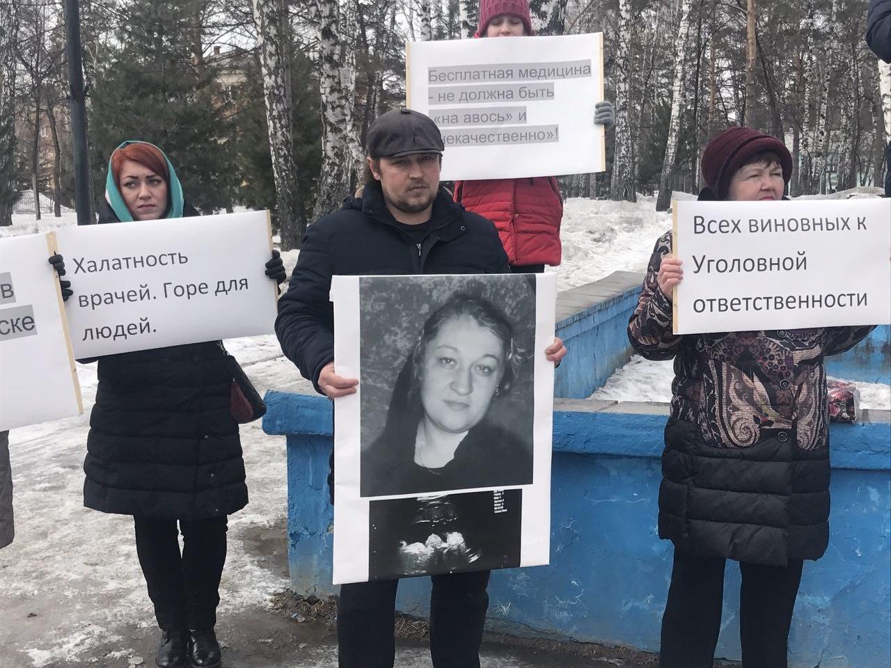 Алексей Бровкин (в центре) за сутки потерял жену и сына — семья погибшей требует наказать виновных в их смерти