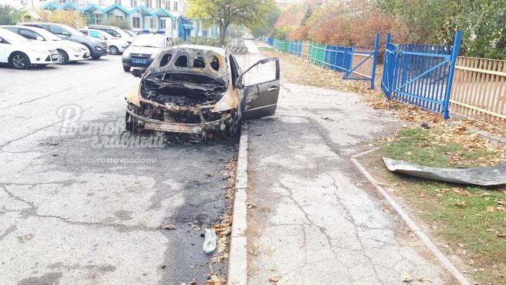 В Ростове на парковке сгорела иномарка