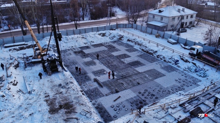 Строят, несмотря на запрет: в Тюмени суд приостановил возведение жилого комплекса на Дамбовской