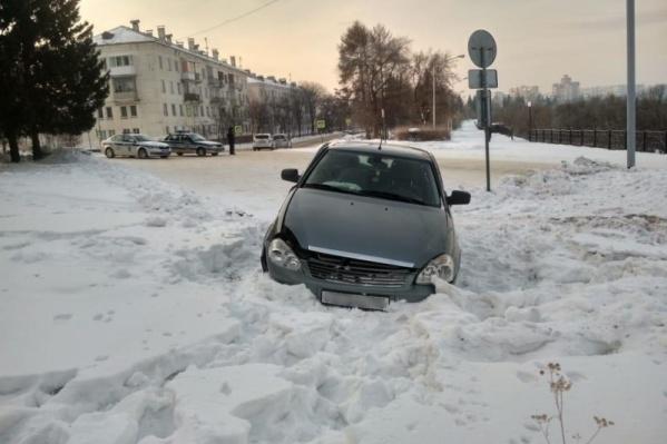 Мужчина вылетел на газон и бросил машину, так как у него не было прав