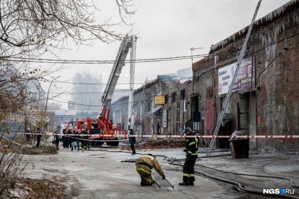 Пожар в складских помещениях на улице Королева тушили почти сутки. Огонь не только уничтожил маленький бизнес, но и унес жизнь женщины, которая не смогла выбраться из задымленного здания
