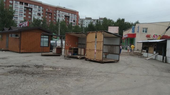 Конец эпохи: в Самаре рабочие убрали торговые ряды на рынке «Шапито»