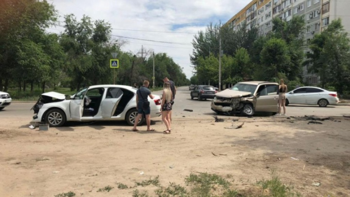 Женщины за рулём: в Волгограде в столкновении иномарок пострадали водитель и девятилетняя девочка