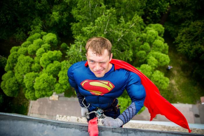 Супермен и ещё трое супергероев-альпинистов залезли в окна к маленьким пациентам