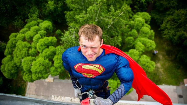 «Мы пришли спасти вас»: супергерои залезли в окна к пациентам больницы