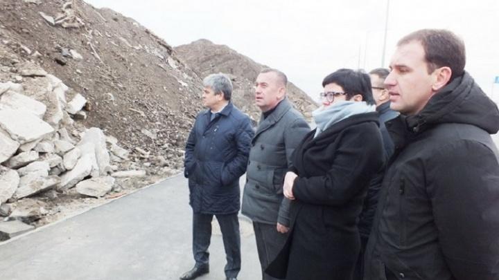 После расширения дороги на проспекте Кирова осталась гигантская свалка строительных отходов