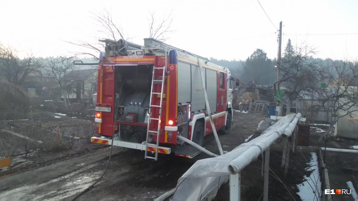 На пожаре работало пять машин и восемь человек личного состава