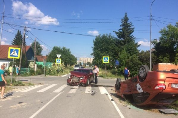 Машины столкнулись на перекрестке в районе пешеходного перехода