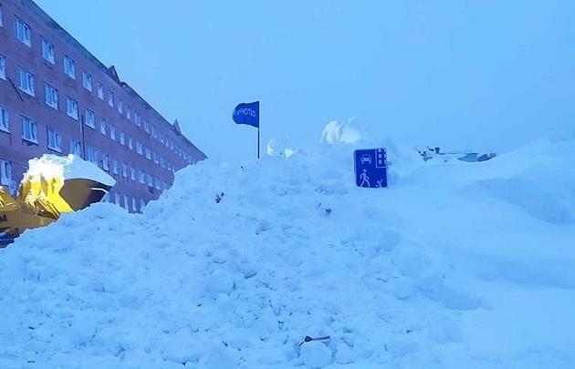 Норильск завалило снегом: горожане позируют на фоне огромных сугробов и откапывают магазины
