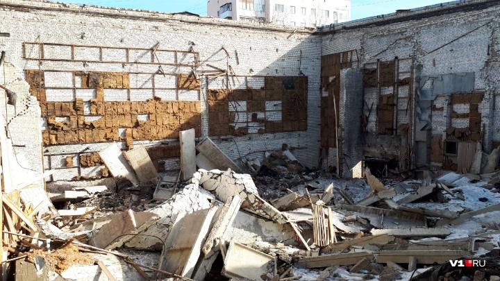 Волгоградцы начали растаскивать на стройматериалы заброшенный кинотеатр «Юбилейный»