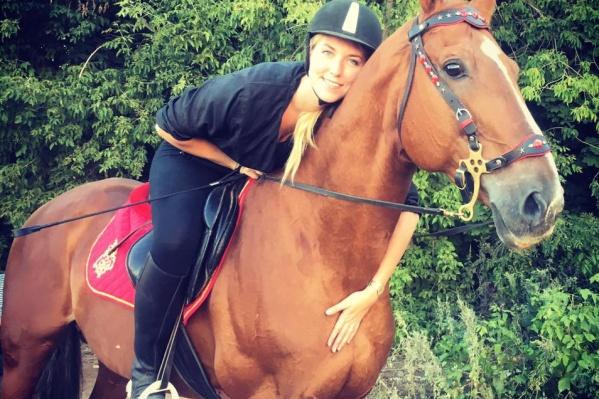 Полина занимается в конюшне не один год