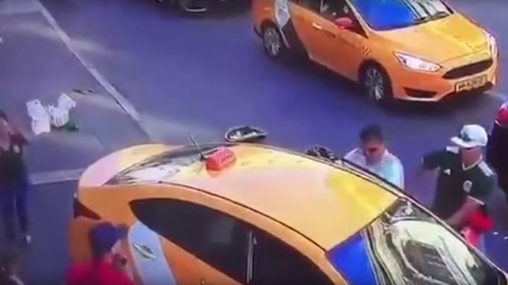 В интернете появилось видео, как такси в Москве протаранило толпу: пострадали восемь человек