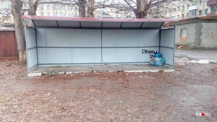 Площадки есть, а контейнеров нет: жители многоэтажек в Ялуторовске складируют мусор на балконах
