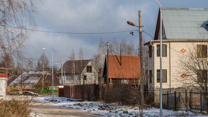 «Кидают кабель прямо в воду, заваливают глиной». Как делают уличное освещение в Новобродовском