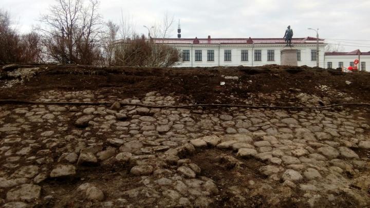 В Архангельске закопали неожиданно обнажившуюся достопримечательность