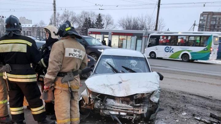 Омич не уступил дорогу ВАЗу на повороте возле «Арлекина». Пострадали три человека
