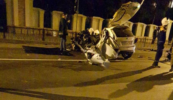 Жуткая авария в Октябрьском: легковушка влетела в дерево